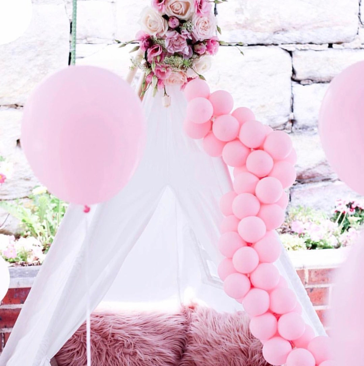 Party teepee with balloons